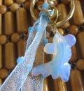 【キーリング/チャーム】日本製 ★ゆらゆら 涼しげ、水中を泳ぐ天然石の金魚&水色のリボン(パワー  ストーン )CJ