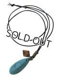 【送料無料】【レザーネックレス】◆flower storm◆長さ約4cm 大きめターコイズブルー雫型ストーンの本牛革ネックレス (オリエンタル エスニック レディース/メンズ)