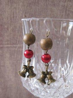 画像2: 【送料無料】【ピアス】◆flower storm◆小さな2つの鐘、木の実のようなウッドビーズ、赤いパールの樹脂フックピアス (アクセサリー アレルギー対応 クリスマス 聖夜 ベル)